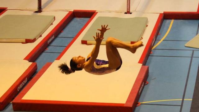Oréane Léchenault exécute un double arrière en gymnastique