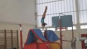Oréane à la barre asymétrique au Pôle de Toulon de gymnastique