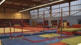 Salle de gymnastique : saut, barres asymétriques, sol, poutre