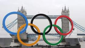 JO de Londres 2012 : les anneaux olympiques géants sur la Tamise.